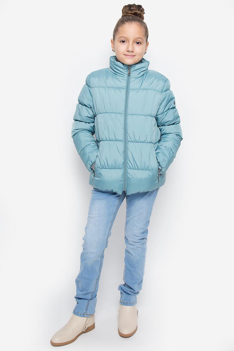 216BBGC41011300Куртка для девочки Button Blue c воротником-стойкой и длинными рукавами выполнена из прочного полиэстера. Подкладка - мягкий флис. Наполнитель - искусственный пух. Модель застегивается спереди на застежку-молнию и дополнено внутренней ветрозащитной планкой. Изделие имеет два втачных кармана на застежках-молниях спереди. Низ куртки дополнен эластичной резинкой. Рукава оснащены эластичными резинками на манжетах. Куртка оформлена стеганым узором.