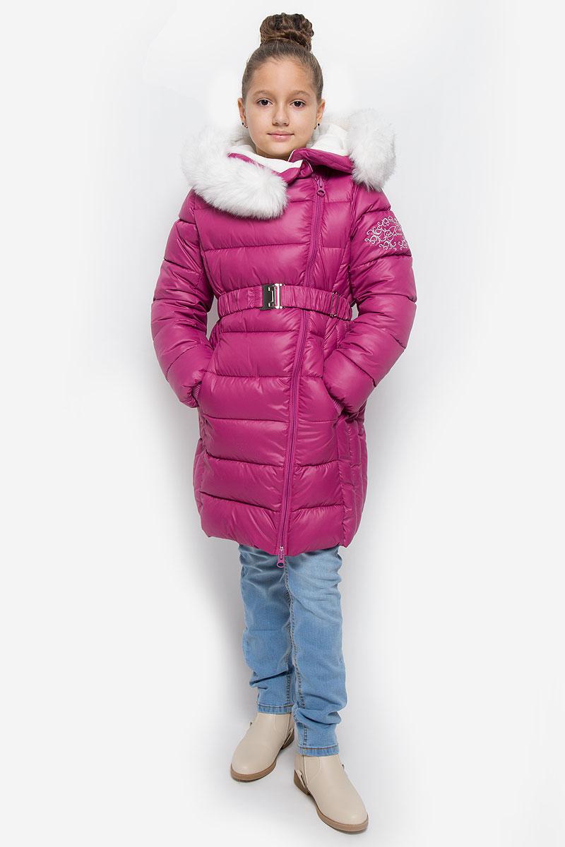 64352_BOG_вар.1Пальто для девочки Boom! изготовлено из водонепроницаемой, ветрозащитной и дышащей ткани. Подкладка выполнена из разнофактурного материала. В качестве утеплителя используется Flexy Fiber, который надежно сохраняет тепло, обеспечивает циркуляцию воздуха и не задерживает влагу. Изделие легко стирается и быстро сохнет. Пальто с несъемным капюшоном застегивается на ассиметричную молнию с внутренней ветрозащитной планкой. В верхней части изделие дополнительно оснащено застежками-кнопками. Пальто имеет приталенный силуэт, подчеркнутый эластичным поясом с металлической застежкой. Капюшон декорирован съемной опушкой из искусственного меха. Рукава дополнены трикотажными манжетами. Спереди расположены два втачных кармана. Модель украшена вышивкой на рукаве. На изделии предусмотрен светоотражающий элемент для безопасности в темное время суток. Температурный режим до -30°С.