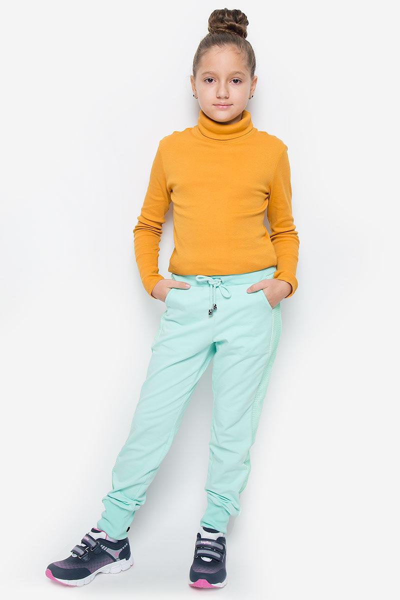 Брюки спортивныеSCFSG-628-26002-609 мод.F2-001Спортивные брюки для девочки Silver Spoon Casual изготовлены из эластичного хлопка. Изнаночная сторона изделия с маленькими петельками. Модель имеет на поясе широкую эластичную резинку, которая дополнительно регулируется шнурком. Низ брючин дополнен трикотажными манжетами. Брюки оснащены двумя втачными карманами спереди и двумя накладными кармашками сзади. Изделие оформлено декоративными вставками из сетки по бокам.