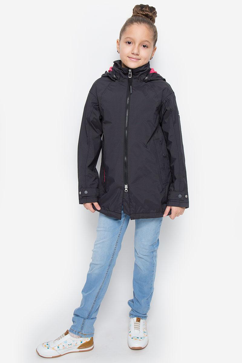 Куртка500723_108Оригинальная куртка для девочки Didriksons1913 Maya станет ярким дополнением к детскому гардеробу. Куртка изготовлена из полиамида с подкладкой из полиэстера. На подкладке рукавов используется полиамид. Куртка со съемным капюшоном и воротником-стойкой застегивается на пластиковую застежку-молнию с двумя бегунками и имеет внутреннюю ветрозащитную планку. Капюшон по краю дополнен эластичными вставками. Он пристегивается к куртке при помощи кнопок. На рукавах предусмотрены небольшие хлястики на кнопках. Спереди имеются два прорезных кармашка на застежках-молниях. С внутренней стороны изделия расположен большой накладной карман и один прорезной карман на молнии. Спинка модели немного удлинена. Модель украшена фирменными нашивками и вышитым названием бренда. Комфортная, удобная и теплая куртка идеально подойдет для прогулок и игр на свежем воздухе. В ней ваша принцесса всегда будет в центре внимания!