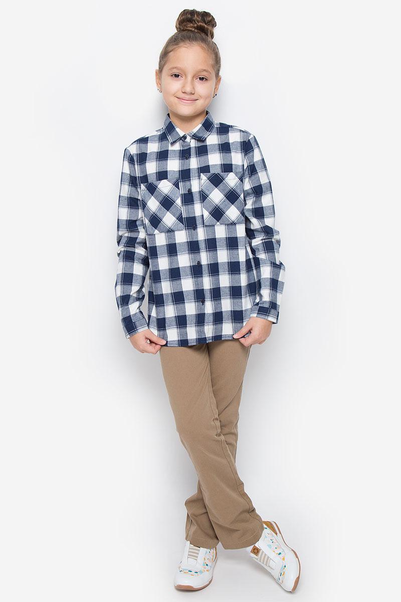 Рубашка216BBGC23011402Стильная рубашка Button Blue станет отличным дополнением к гардеробу вашей девочки. Модель, выполненная из натурального хлопка, необычайно мягкая и приятная на ощупь, не сковывает движения и позволяет коже дышать, не раздражает даже самую нежную и чувствительную кожу ребенка, обеспечивая наибольший комфорт. Рубашка классического кроя с длинными рукавами и отложным воротником застегивается на пуговицы по всей длине и оформлена принтом в клетку. На манжетах предусмотрены застежки-пуговицы. На груди расположены два накладных открытых кармана. Спинка немного удлинена. Оригинальный современный дизайн и актуальная расцветка делают эту рубашку модным и стильным предметом детского гардероба.