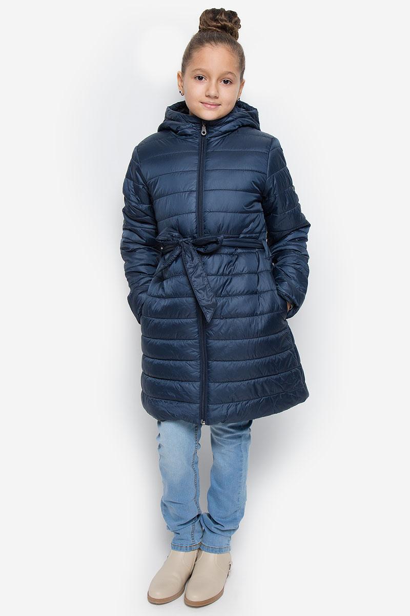 Пальто216BBGC45010100Легкое стеганое пальто для девочки Button Blue выполнено из полиэстера на комбинированной подкладке из хлопка и полиэстера. В качестве утеплителя используется полиэстер. Модель с несъемным капюшоном застегивается на молнию с защитой подбородка и внутренней ветрозащитной планкой. Капюшон снабжен по краю эластичным шнурком со стопперами. Пальто имеет приталенный силуэт, дополнительно подчеркнутый поясом на шлевках. Изделие дополнено двумя прорезными карманами. Украшено пальто фирменной пластиной.