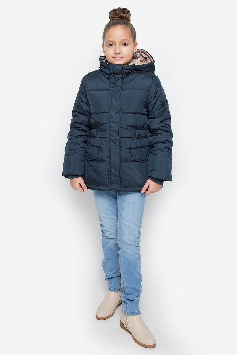 Куртка216BBGC41021000Куртка для девочки Button Blue c несъемным капюшоном и длинными рукавами выполнена из прочного полиэстера. Подкладка - мягкий флис. Наполнитель - искусственный пух. Модель застегивается на застежку-молнию спереди и имеет ветрозащитный клапан на кнопках. Объем капюшона регулируется при помощи шнурка-кулиски со стопперами. Изделие дополнено двумя втачными кармашками с клапанами на кнопках. Рукава оснащены внутренними трикотажными манжетами. Куртка оформлена стеганым узором.