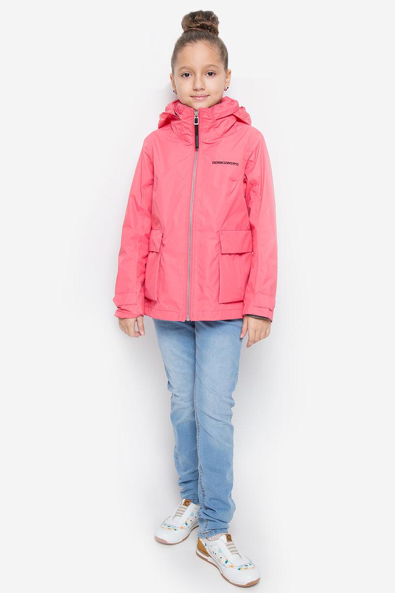Куртка500720_181Оригинальная куртка для девочки Didriksons1913 Holly защитит вашу дочурку от ветра и дождя, а также станет ярким дополнением к детскому гардеробу. Куртка изготовлена из полиэстера. На подкладке рукавов используется полиамид. Куртка со съемным капюшоном и воротником-стойкой застегивается на пластиковую застежку-молнию и имеет внутреннюю ветрозащитную планку. Капюшон по краю дополнен эластичными вставками. Он пристегивается к куртке при помощи кнопок. На рукавах предусмотрены небольшие хлястики на кнопках. Спереди имеются два накладных кармана с клапанами на кнопках. С внутренней стороны изделия расположен большой накладной карман и один прорезной карман на молнии. Модель украшена вышитым названием бренда. Комфортная и удобная куртка идеально подойдет для прогулок и игр на свежем воздухе. В ней ваша принцесса всегда будет в центре внимания! Модель рассчитана на температуру от +12 до +17.