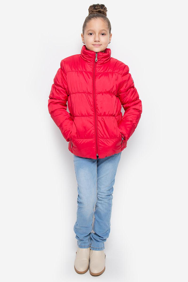 Куртка216BBGC41011300Куртка для девочки Button Blue c воротником-стойкой и длинными рукавами выполнена из прочного полиэстера. Подкладка - мягкий флис. Наполнитель - искусственный пух. Модель застегивается спереди на застежку-молнию и дополнено внутренней ветрозащитной планкой. Изделие имеет два втачных кармана на застежках-молниях спереди. Низ куртки дополнен эластичной резинкой. Рукава оснащены эластичными резинками на манжетах. Куртка оформлена стеганым узором.