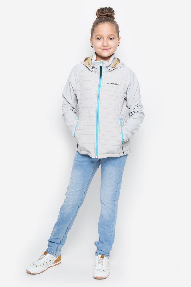 Куртка500735_287Оригинальная куртка для девочки Didriksons1913 Nikki станет ярким дополнением к детскому гардеробу. Куртка изготовлена из высококачественного комбинированного материала с подкладкой из полиамида. В качестве наполнителя используется полиэстер. Куртка со съемным капюшоном и воротником-стойкой застегивается на пластиковую застежку-молнию с защитой для подбородка и имеет внутреннюю ветрозащитную планку. Край капюшона и низ рукавов обработаны эластичной бейкой. Капюшон пристегивается к куртке при помощи кнопок. Спереди имеются два прорезных кармана на застежках-молниях. Модель украшена термоаппликациями в виде названия бренда. Комфортная и удобная куртка идеально подойдет для прогулок и игр на свежем воздухе. В ней ваша принцесса всегда будет в центре внимания!