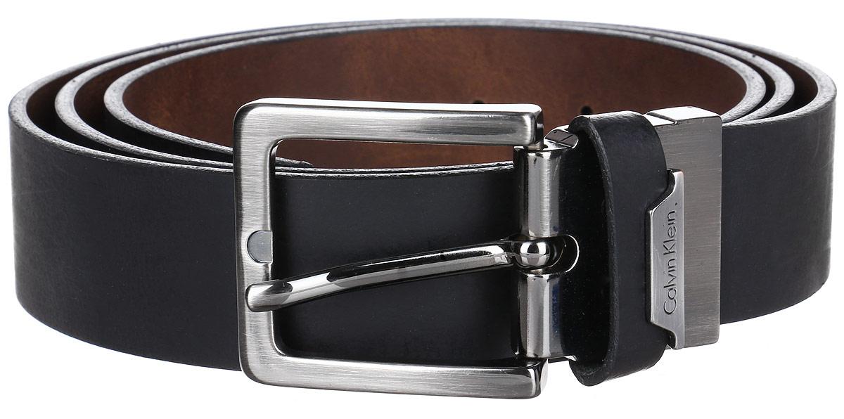 J30J301455_915Мужской двусторонний ремень Calvin Klein выполнен из 100% натуральной кожи. Прямоугольная пряжка выполнена из металла, она позволит легко и быстро зафиксировать ремень и отрегулировать его длину. Уважаемые клиенты! Обращаем ваше внимание на тот факт, что размер ремня, доступный для заказа, является его длиной.