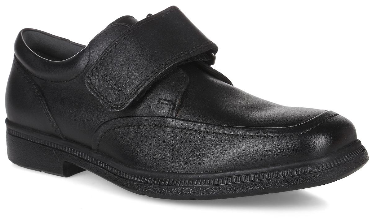 J54D1A00043C9999Стильные туфли от Geox очаруют вашего мальчика с первого взгляда. Модель изготовлена из натуральной кожи и оформлена прострочкой. Мягкий кант создаст комфорт при ходьбе и предотвратит натирание ноги ребенка. Задник дополнен уплотнителем, который не дает стопе смещаться в разные стороны и препятствует стаптыванию. Ремешок с застежкой-липучкой, оформленный тисненой надписью с названием бренда, надежно зафиксирует обувь на ноге. Внутренняя поверхность и стелька полностью выполнены из натуральной кожи, которая обеспечит комфорт при движении. Носочная часть стельки дополнена перфорацией для улучшения воздухообмена. Подошва изготовлена из качественного полимера, а ее рифление гарантирует отличное сцепление с любой поверхностью. Такие практичные туфли займут достойное место среди коллекции обуви вашего ребенка.