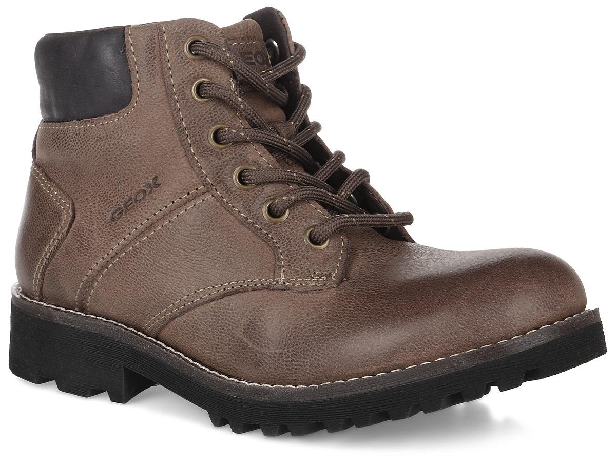 J6486E033BCC6010Модные ботинки от Geox очаруют вашего мальчика с первого взгляда. Модель изготовлена из натуральной кожи и оформлена тисненой надписью с названием бренда. Классическая шнуровка надежно зафиксирует обувь на ноге. Застежка-молния с внутренней стороны облегчит процесс обувания. Мягкий кант создаст комфорт при ходьбе и предотвратит натирание ножки ребенка. Внутренняя подкладка выполнена из сетчатого текстиля, который обеспечит воздухообмен. Стелька изготовлена из натуральной кожи, гарантирующей полный комфорт при движении. Подошва изготовлена из качественной резины, а ее рифленая поверхность гарантирует отличное сцепление с любой поверхностью. Такие стильные ботинки займут достойное место среди коллекции обуви вашего ребенка.