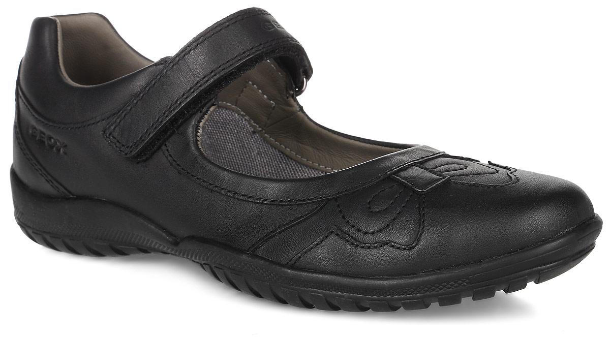 J54A6A-00043-C9999Стильные туфли от Geox очаруют вашу девочку с первого взгляда. Модель изготовлена из натуральной кожи и оформлена декоративной прострочкой. Мягкий кант создаст комфорт при ходьбе и предотвратит натирание ноги ребенка. Задник дополнен уплотнителем, который не дает стопе смещаться в разные стороны и препятствует стаптыванию. Ремешок с застежкой-липучкой, оформленный надписью с названием бренда, надежно зафиксирует обувь на ноге. Внутренняя поверхность выполнена из сетчатого текстиля и натуральной кожи, что обеспечит воздухообмен и комфорт. Стелька полностью выполнена из натуральной кожи. Подошва изготовлена из качественной резины, а ее рифленая поверхность гарантирует отличное сцепление с любой поверхностью. Такие практичные туфли займут достойное место среди коллекции обуви вашего ребенка.