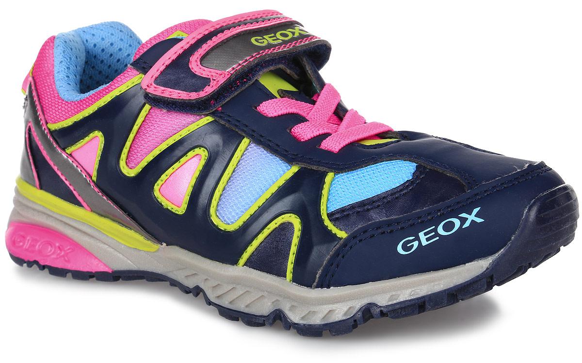 J6411D-01454-C4243/J6411D01454C4243Яркие кроссовки от Geox очаруют вашу девочку с первого взгляда. Модель, выполненная из искусственной кожи и сетчатого текстиля, оформлена оригинальными нашивками. Задник дополнен уплотнителем для улучшения амортизации и ярлычком для облегчения надевания обуви. Ремешок с застежкой-липучкой, оформленный надписью с названием бренда, надежно зафиксирует обувь на ноге. Объем регулируется с помощью эластичных шнурков. Внутренняя подкладка выполнена из сетчатого текстиля, который обеспечит воздухообмен. Стелька изготовлена из натуральной кожи, гарантирующей полный комфорт при движении. Подошва изготовлена из качественного полимерного материала, а ее рифленая поверхность гарантирует отличное сцепление с любой поверхностью. Такие удобные кроссовки займут достойное место среди коллекции обуви вашего ребенка.