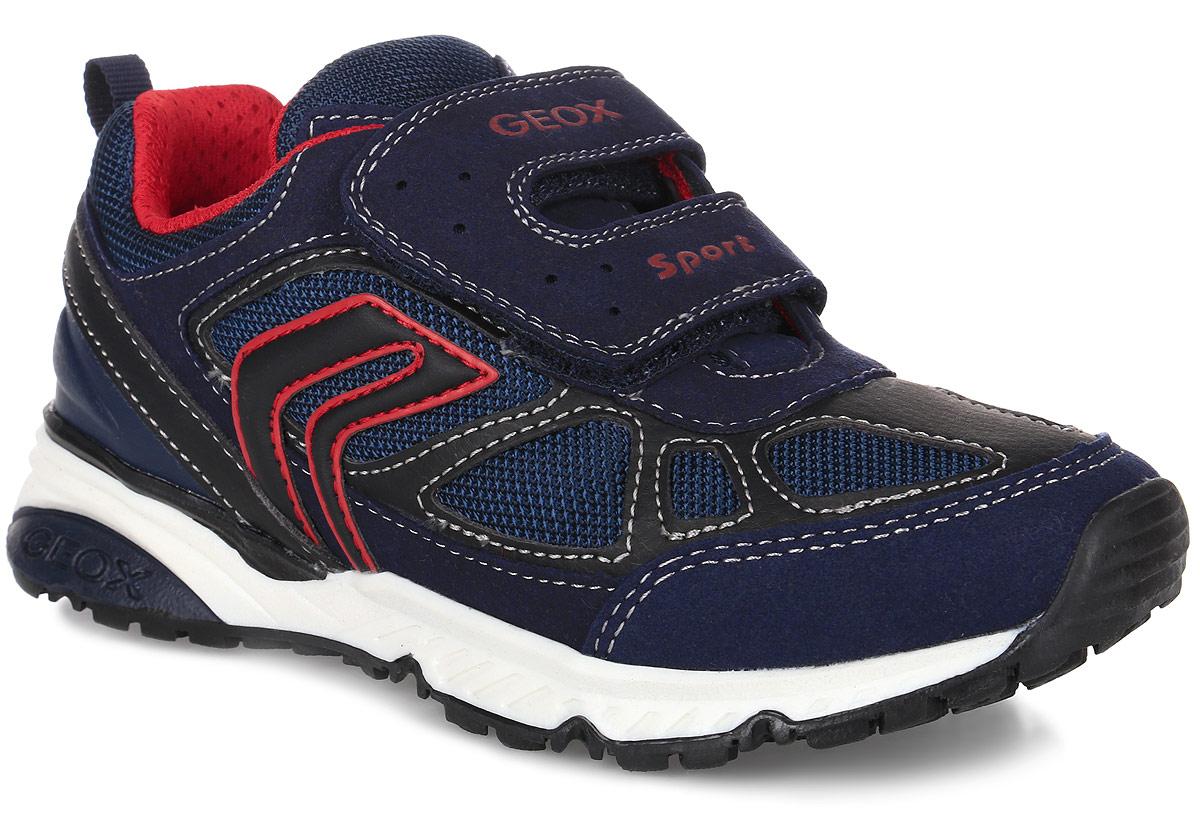 J6411F011AUC0735Стильные кроссовки от Geox очаруют вашего мальчика с первого взгляда. Модель, выполненная из искусственной кожи и сетчатого текстиля, оформлена оригинальными нашивками и контрастной прострочкой. Задник дополнен уплотнителем для улучшения амортизации и ярлычком для облегчения надевания обуви. Клапан с застежками-липучками, оформленными фирменными надписями, надежно зафиксирует обувь на ноге. Внутренняя подкладка выполнена из сетчатого текстиля, который обеспечит воздухообмен. Стелька изготовлена из натуральной кожи, гарантирующей полный комфорт при движении. Подошва изготовлена из качественного полимерного материала, а ее рифленая поверхность гарантирует отличное сцепление с любой поверхностью. Такие удобные кроссовки займут достойное место среди коллекции обуви вашего ребенка.