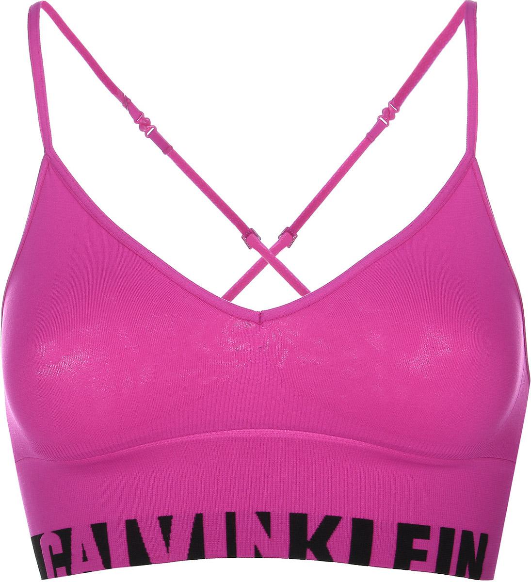 QF1567E_100Удобный и практичный топ-бра Calvin Klein Underwear, выполненный из высококачественного эластичного полиамида с добавлением эластана идеально подойдет для повседневной носки, а также для активного отдыха. Модель на бретелях имеет широкий эластичный пояс, который обеспечивает бережную поддержку. Узкие несъемные бретельки надежно фиксируют топ на плечах и регулируются по длине. Топ оформлен контрастным принтом с надписью бренда. Такая модель подарит вам комфорт в течение дня и станет отличным дополнением к вашему спортивному гардеробу.