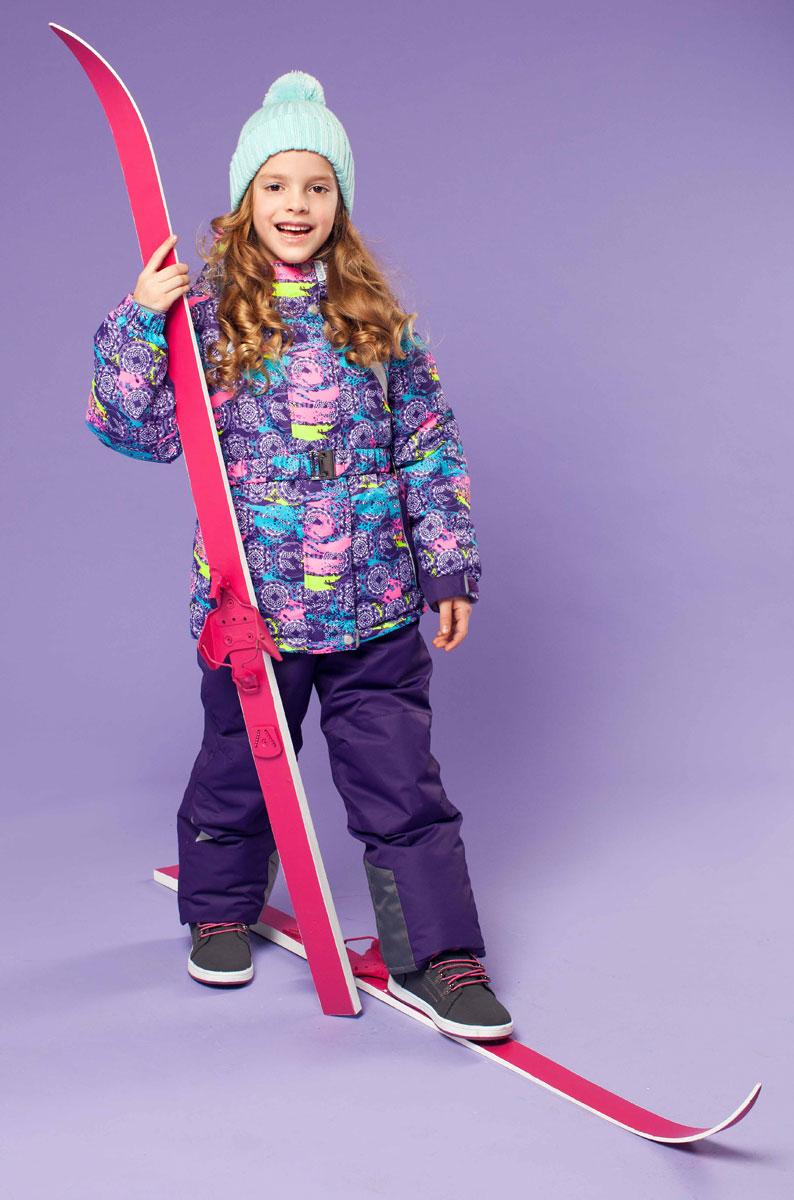 Комплект верхней одежды16/OA-1SU426-1Яркий комплект для девочки Oldos Active Софи, состоящий из куртки и полукомбинезона, идеально подойдет для ребенка в холодную погоду. Комплект выполнен из водонепроницаемой и ветрозащитной ткани. Водо- и грязеотталкивающее покрытие Teflon повышает износостойкость модели, что обеспечивает ей хороший внешний вид на всем протяжении носки. В качестве наполнителя используется холлофан - легкий антиаллергенный материал, который обладает отличной терморегуляцией. Изделие легко стирается и быстро сохнет. Куртка с капюшоном и воротником-стойкой застегивается на пластиковую молнию с защитой подбородка. Модель оснащена двумя ветрозащитными планками, внешняя пристегивается на застежки-липучки и кнопки. Подкладка курточки (кроме рукавов) выполнена из теплого и мягкого флиса. Регулируемый капюшон, дополненный по краю эластичным шнурком со стопперами, пристегивается к куртке с помощью молнии и кнопок. Края рукавов присборены на резинки и дополнены хлястиками на липучках. На...