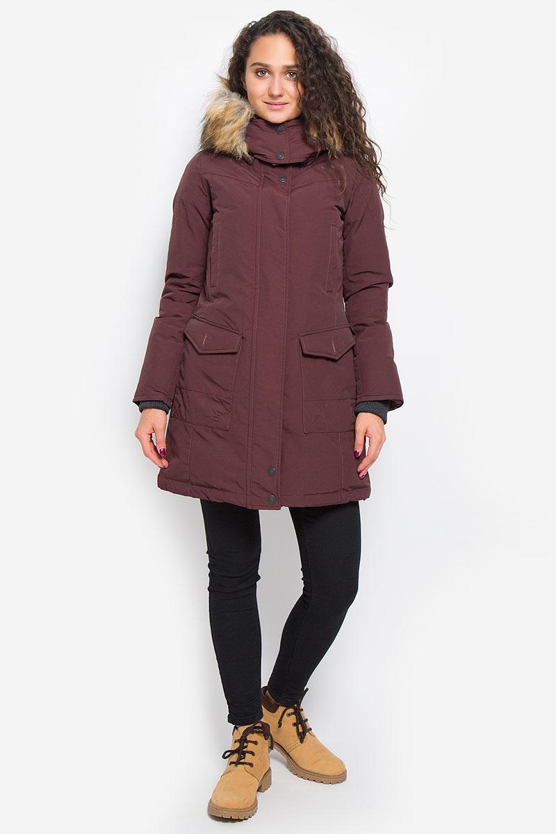 ПальтоLCHWO028/DKWINEСтильное женское пальто Lee Cooper, выполненное из высококачественного комбинированного материала и дополненное наполнителем из пуха и пера, согреет вас в холодную погоду и позволит выделиться из толпы. Модель с воротником-стойкой и съемным капюшоном застегивается на застежку-молнию с двумя бегунками и оснащена ветрозащитной планкой на кнопках. Капюшон, оформленный съемным искусственным мехом, пристегивается к изделию на кнопки. Рукава дополнены плотными внутренними трикотажными манжетами. Спереди модель оформлена двумя накладными карманами с клапанами на пуговицах и двумя прорезными карманами на кнопках. С внутренней стороны расположен один прорезной карман на пуговице и маленький накладной карман. Пальто сзади оформлено вышитым логотипом бренда. Такое стильное пальто станет прекрасным дополнением к вашему гардеробу, оно подарит вам комфорт и тепло.