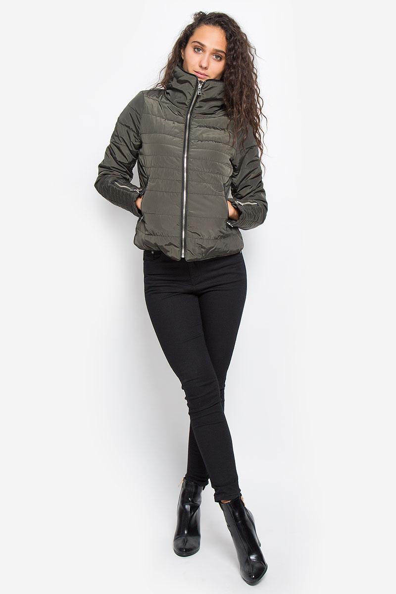 Куртка10159737_BlackЖенская куртка Vero Moda изготовлена полиэстера. Укороченная модель с воротником-стойкой застегивается на молнию с внутренней ветрозащитной планкой. Изделие имеет слегка приталенный силуэт. Рукава дополнены застежками-молниями. Спереди расположены два прорезных кармана на молниях. Куртка оформлена кожаными вставками.