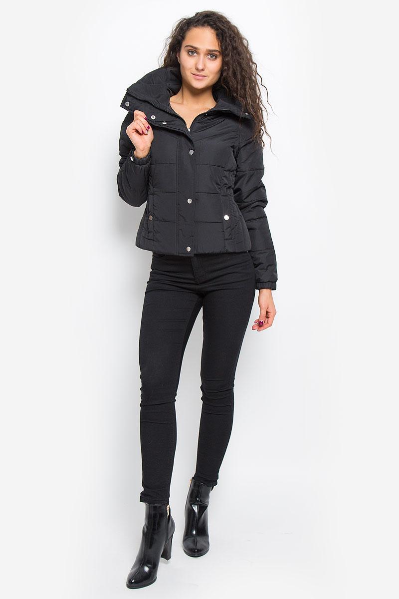 Куртка10157838_BlackСтильная женская куртка Vero Moda выполнена из 100% полиэстера. Подкладка и наполнитель тоже выполнены из полиэстера. Такая модель отлично подойдет для прохладной погоды. Куртка с воротником-стойкой и длинными рукавами застегивается на застежку-молнию, которая прикрыта ветрозащитной планкой на кнопках. Спереди модель дополнена двумя прорезными карманами с клапанами на кнопках. Манжеты рукавов на резинках и оформлены декоративными кнопками. Очень комфортная и стильная куртка будет прекрасным выбором для повседневной носки и подчеркнет вашу индивидуальность.