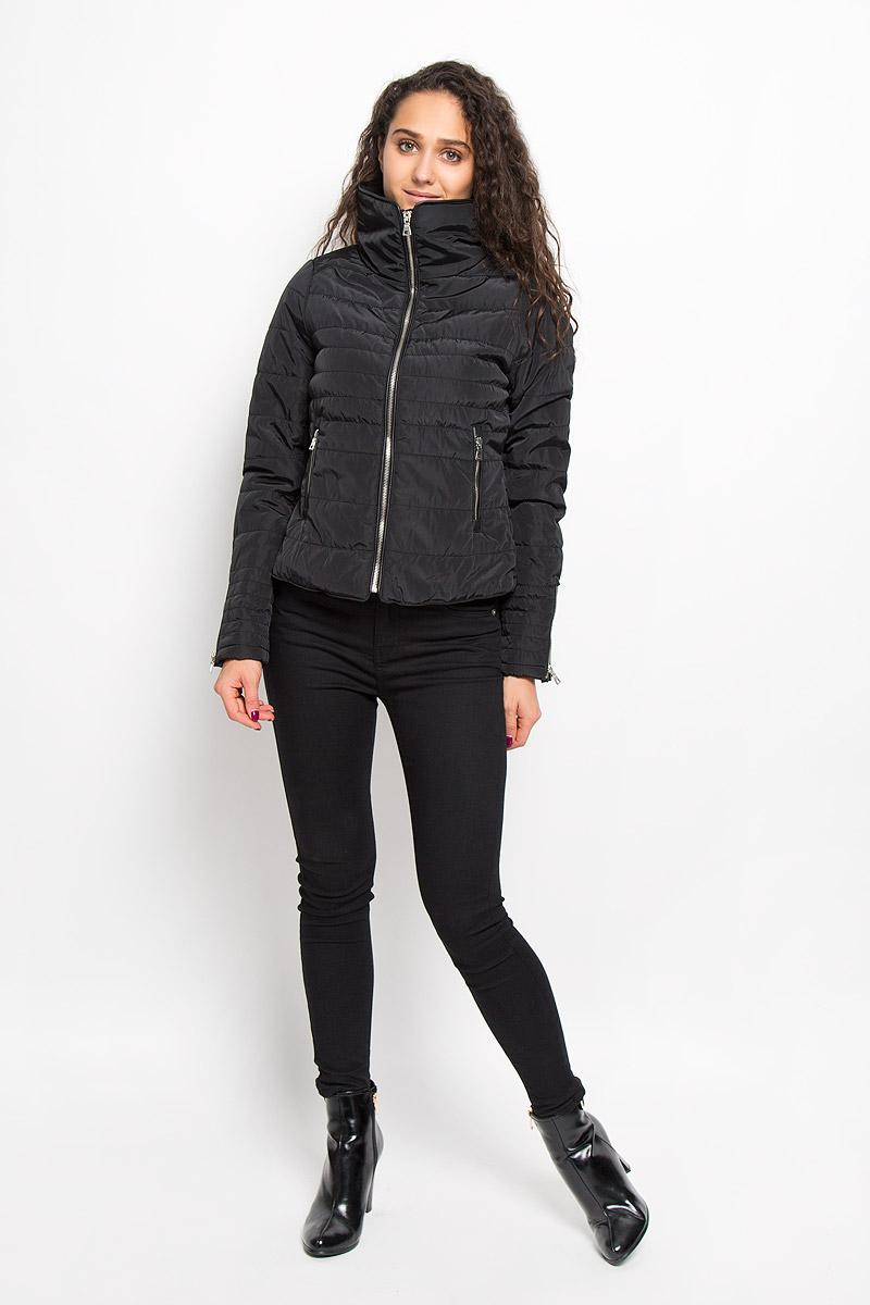 10159737_BlackЖенская куртка Vero Moda изготовлена полиэстера. Укороченная модель с воротником-стойкой застегивается на молнию с внутренней ветрозащитной планкой. Изделие имеет слегка приталенный силуэт. Рукава дополнены застежками-молниями. Спереди расположены два прорезных кармана на молниях. Куртка оформлена кожаными вставками.