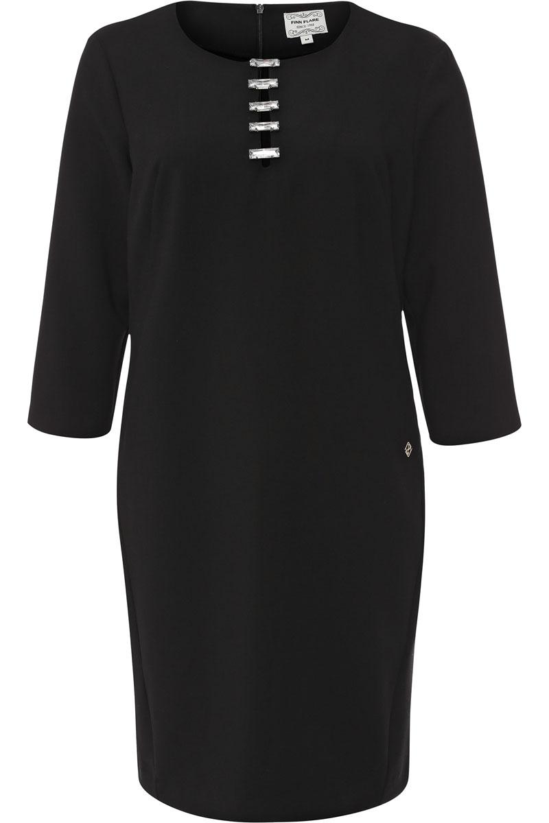 W16-170250_200Очаровательное платье Finn Flare изготовлено из полиэстера с добавлением вискозы и эластана. Модель с круглым вырезом горловины и рукавами 3/4. На спинке модель застегивается на скрытую застежку-молнию. Спереди платье оформлено большими стразами.
