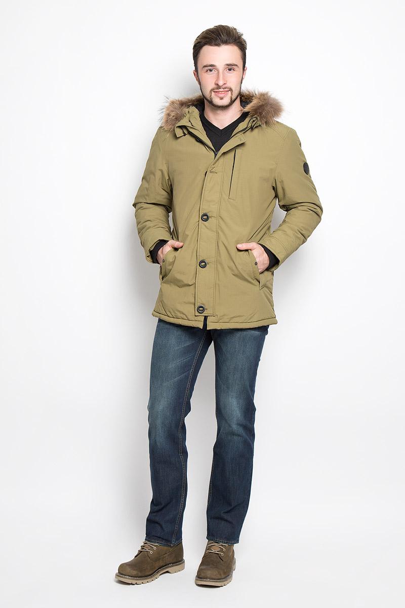 Cp-226/352-6313Мужская куртка Sela, выполненная из нейлона, придаст образу безупречный стиль. Подкладка изготовлена из гладкого и приятного на ощупь материала. В качестве утеплителя используется полиэстер, который обеспечивает максимальное сохранение тепла. Куртка прямого кроя несъемным капюшоном застегивается на застежку-молнию с ветрозащитной планкой на пуговицах. С внутренней стороны также предусмотрена ветрозащитная планка. По капюшону модель оформлена натуральным мехом, который в случае необходимости можно отстегнуть. Низ рукавов дополнен внутренними трикотажными манжетами. Спереди расположено два прорезных кармана с клапанами на кнопках и небольшой прорезной карман на застежке-молнии, с внутренней стороны - прорезной карман на застежке-молнии. Изделие украшено фирменной нашивкой . Практичная и теплая куртка послужит отличным дополнением к вашему гардеробу!