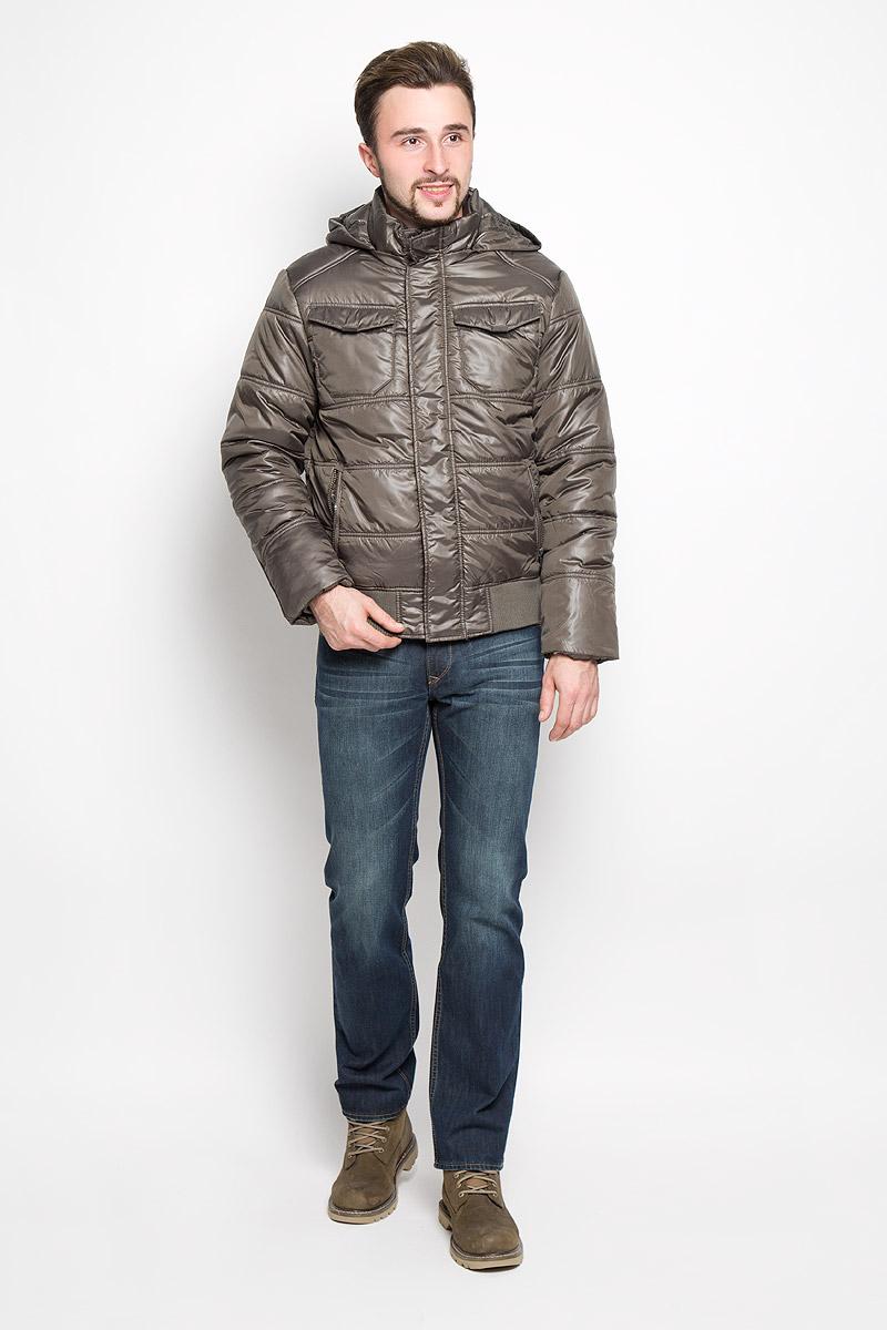 КурткаCp-226/344-6312Стильная мужская куртка Sela Casual Wear превосходно подойдет для прохладных дней. Куртка выполнена из полиэстера, она отлично защищает от дождя, снега и ветра, а наполнитель из синтепона превосходно сохраняет тепло. Модель с длинными рукавами и капюшоном застегивается на застежку-молнию спереди и дополнительно на ветрозащитную планку на кнопках. Капюшон пристегивается на молнию, объем регулируется при помощи шнурка-кулиски со стопперами. Изделие дополнено двумя втачными карманами на молниях спереди и двумя накладными карманами с клапанами на кнопках, а также внутренним врезным карманом на кнопке. Рукава дополнены внутренними трикотажными манжетами. Низ изделия дополнен трикотажной широкой резинкой. Эта модная и в то же время комфортная куртка согреет вас в холодное время года и отлично подойдет как для прогулок, так и для активного отдыха.