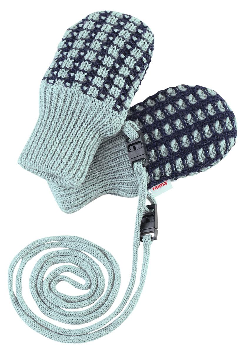 517132-2320Симпатичные варежки для самых маленьких выполнены из смеси теплой шерсти. Подкладка из флиса делает варежки особенно мягкими и согревает крошечные ручки в холодную погоду. Варежки не потеряются благодаря удобному шнурочку. Предохранительный замочек на шнурке легко расстегивается, если шнурок за что-то зацепится.