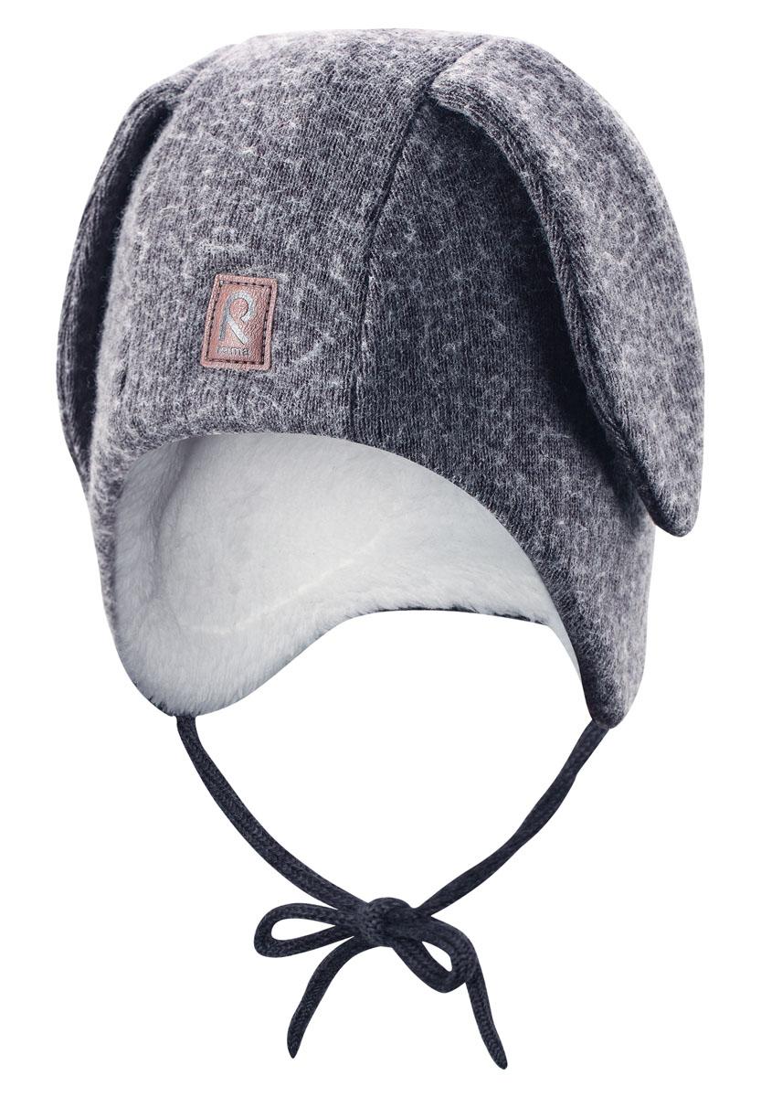 Шапка детская518363-9400Эта невероятно любимая малышами шапка с забавными заячьими ушками имеет завязки, благодаря которым она не съедет во время веселых прогулок. Шапка изготовлена из теплой мериносовой полушерсти с ворсовой подкладкой, она превосходно согреет ребенка в морозный зимний день. Ветронепроницаемые вставки в области ушей защищают маленькие ушки от холодного ветра, а светоотражающая эмблема позволяет лучше разглядеть ребенка в темное время суток.