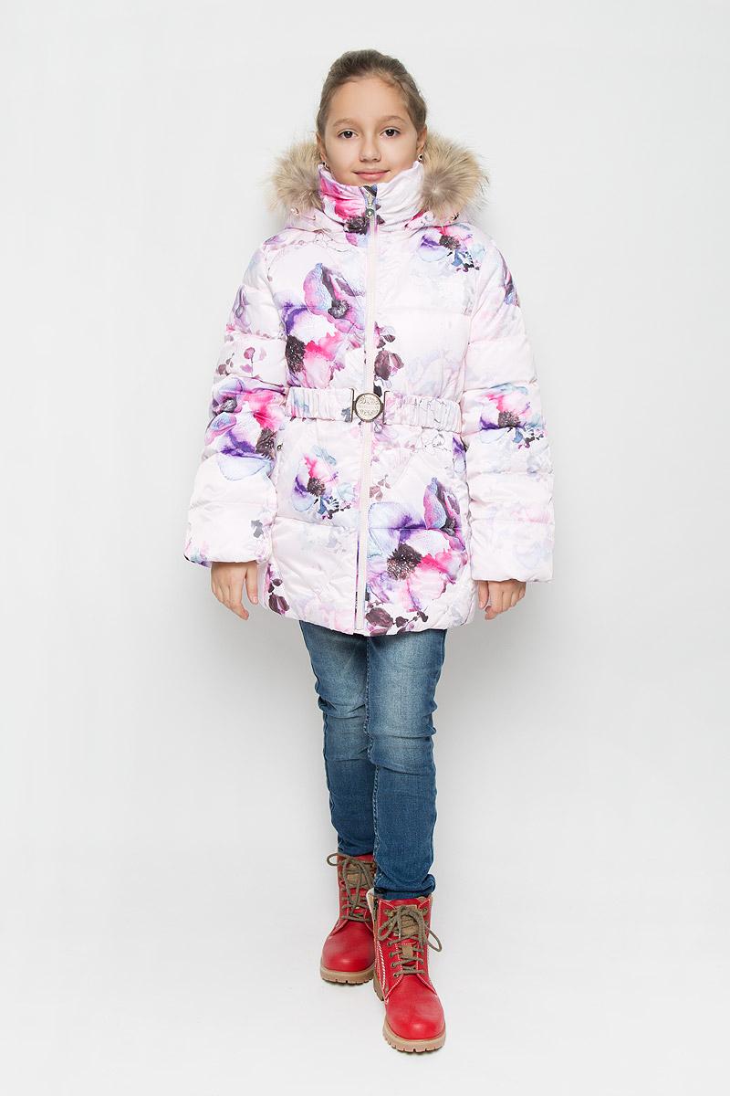 КурткаPUFWG-626-20127-904Куртка для девочки Pulka выполнена из полиэстера. В качестве утеплителя используются микроволокна полиэстера. Модель с капюшоном и воротником-стойкой застегивается на молнию с защитой подбородка и внутренней ветрозащитной планкой. Капюшон, декорированный съемной опушкой из натурального меха, пристегивается к куртке при помощи молнии. По краю он снабжен эластичным шнурком со стопперами. Рукава с внутренней стороны присборены на эластичные резинки. Куртка имеет слегка приталенный силуэт, дополнительно подчеркнутый эластичным поясом с металлической пряжкой. В нижней части изделия расположены два прорезных кармана с застежками-молниями. С внутренней стороны имеется прорезной карман на молнии. По низу куртки проходит шнурок со стопперами. Модель оформлена цветочным принтом, украшена фирменной пластиной. Куртка снабжена светоотражающим элементом для безопасности ребенка в темное время суток.