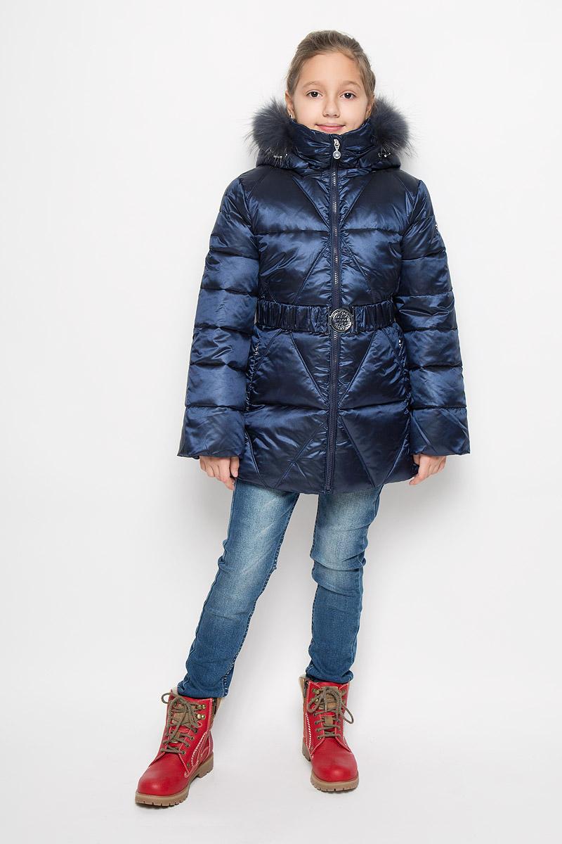 PUFWG-626-20127-317Куртка для девочки Pulka выполнена из полиэстера с добавлением нейлона. В качестве утеплителя используются микроволокна полиэстера. Модель с капюшоном и воротником-стойкой застегивается на молнию с защитой подбородка и внутренней ветрозащитной планкой. Капюшон, декорированный съемной опушкой из натурального меха, пристегивается к куртке при помощи молнии. По краю он снабжен эластичным шнурком со стопперами. Рукава с внутренней стороны присборены на эластичные резинки. Куртка имеет слегка приталенный силуэт, дополнительно подчеркнутый эластичным поясом с металлической пряжкой. В нижней части изделия расположены два прорезных кармана с застежками-молниями. С внутренней стороны имеется прорезной карман на молнии. По низу куртки проходит шнурок со стопперами. Модель украшена фирменной пластиной. Куртка снабжена светоотражающим элементом для безопасности ребенка в темное время суток.