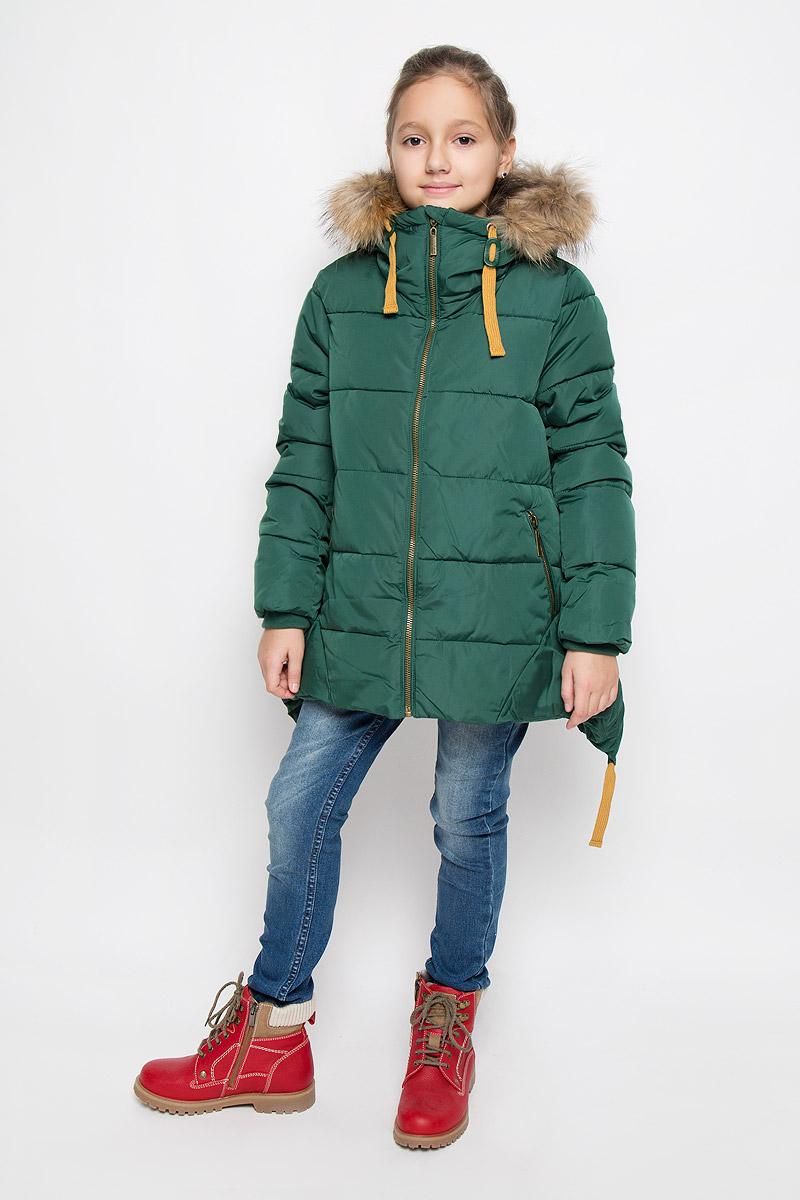 21610GTC4105Модная куртка для девочки Gulliver Осенний сад изготовлена из полиэстера. Подкладка выполнена из мягкого теплого флиса. В качестве утеплителя используется искусственный пух. Модель с несъемным капюшоном застегивается на молнию с защитой подбородка и внутренней ветрозащитной планкой. Капюшон, декорированный съемной опушкой из натурального меха, дополнен по краю затягивающимся шнурком. По талии и по низу спинки куртки предусмотрены затягивающиеся шнурки. На рукавах имеются трикотажные манжеты. Спереди расположены два прорезных кармана с застежками-молниями.
