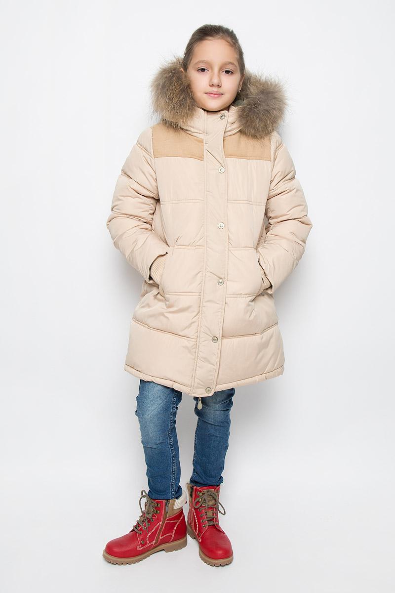21606GKC4501Стильное и модное пальто для девочки Gulliver Заколдованный лес изготовлено из разнофактурного материала. Принтованная подкладка выполнена из теплого и мягкого флиса. В качестве утеплителя используется искусственный пух. Модель трапециевидной формы с несъемным капюшоном застегивается на молнию с защитой подбородка и внешней ветрозащитной планкой на кнопках. Капюшон, декорированный съемной опушкой из натурального меха, снабжен по краю эластичным шнурком со стопперами. На рукавах предусмотрены трикотажные манжеты. Спереди расположены два прорезных кармана с застежками-молниями. По низу модели проходит эластичный шнурок со стопперами.