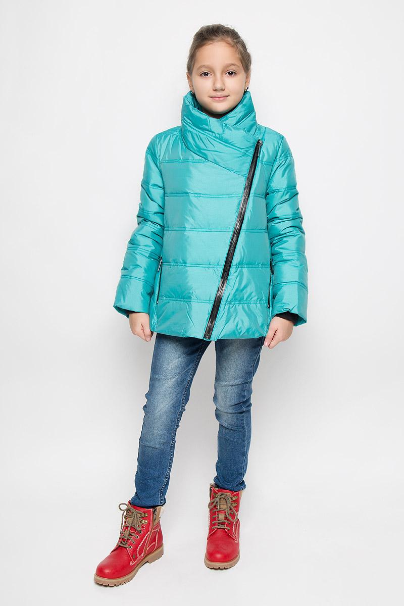 Куртка21609GTC4101Модная куртка для девочки Gulliver Голливуд изготовлена из нейлона на подкладке из полиэстера. В качестве утеплителя используется искусственный пух (Poly Down). Его теплозащитные свойства аналогичны свойствам натурального пуха. Микроволокно утеплителя очень тонкое, что делает его необычайно мягким, легким и теплым. Укороченная модель с воротником-стойкой застегивается на ассиметричную молнию и кнопку. Изделие имеет объемную форму. На рукавах предусмотрены трикотажные манжеты. Спереди расположены два прорезных кармана с молниями. По низу куртки предусмотрен эластичный шнурок со стопперами. Модель в стиле косухи поможет создать ребенку стильный, современный и выразительный образ!