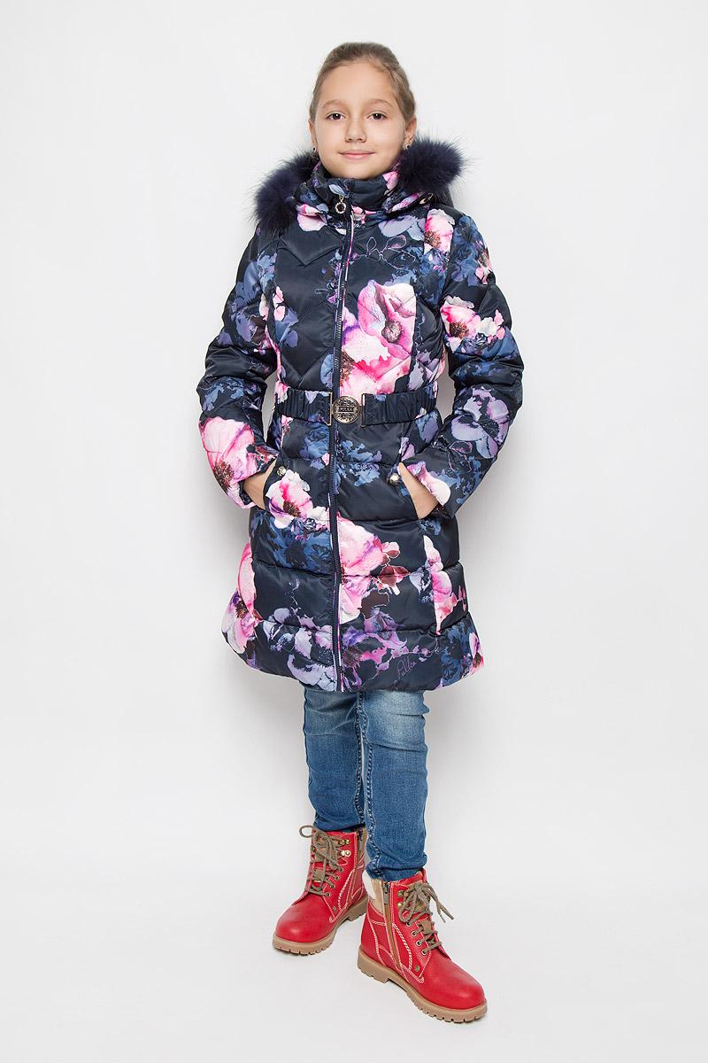 ПальтоPUFWG-626-20325-905Пальто для девочки Pulka выполнено из полиэстера. В качестве утеплителя используются пух и перо. Модель с капюшоном и воротником-стойкой застегивается на молнию с защитой подбородка и внутренней ветрозащитной планкой. Капюшон, декорированный съемной опушкой из натурального меха, пристегивается к пальто при помощи молнии. По краю он снабжен эластичным шнурком со стопперами. На рукавах предусмотрены эластичные манжеты. Пальто имеет приталенный силуэт, дополнительно подчеркнутый эластичным поясом с металлической пряжкой. В нижней части изделия расположены два прорезных кармана с застежками-кнопками. С внутренней стороны имеется прорезной карман на молнии. По низу модели проходит шнурок со стопперами. Пуховик оформлен цветочным принтом, украшен фирменной пластиной.