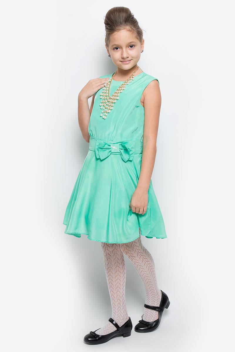 SSP1638-87Яркое платье для девочки Nota Bene идеально подойдет юной моднице. Оно изготовлено из гладкой тонкой ткани, приятное на ощупь, не стесняет движений и хорошо вентилируется. Подкладка изделия выполнена из натурального хлопка. Платье с круглым вырезом горловины застегивается по спинке на молнию. Вшитый пояс завязывается сзади на бант. На подъюбнике предусмотрена двойная оборка из микросетки, которая придает платью пышность. Модель украшена текстильным бантом, украшенным вышитой стрекозой и стразами. Стильное платье подойдет для праздничных мероприятий. В нем ваша принцесса всегда будет в центре внимания! В комплект входит аксессуар в виде колье.