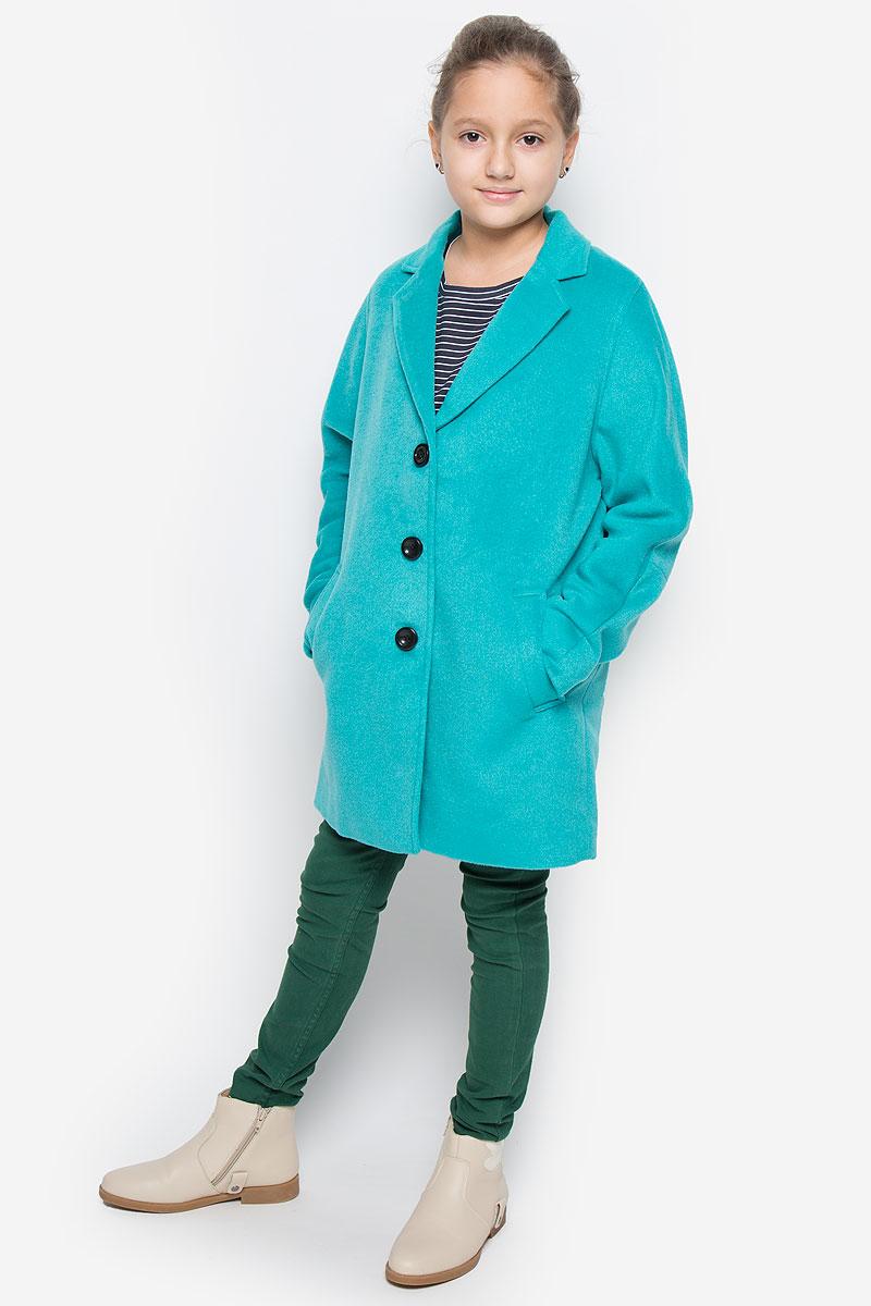 Пальто21609GTC4505Модное и стильное пальто Gulliver из коллекции Голливуд изготовлено из шерсти и полиэстера, подкладка - из полиэстера. Изделие мягкое и приятное на ощупь. Пальто свободного кроя с лацканами застегивается на три пуговицы. Спереди расположены два прорезных кармана.