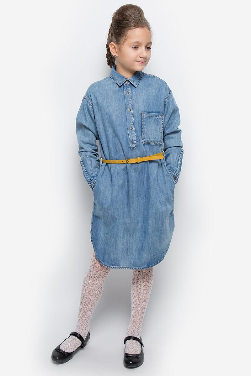 Платье21610GTC2501Очаровательное платье-рубашка Gulliver из коллекции Осенний сад выполнено из хлопка с добавлением лиоцелла. Платье-миди с длинными рукавами и отложным воротником застегивается спереди на четыре металлические кнопки. На манжетах предусмотрены застежки-кнопки. Изделие дополнено на талии стильным ремешком с металлической пряжкой. На груди расположен накладной открытый кармашек, по бокам - втачные карманы. Задняя часть модели немного удлинена.