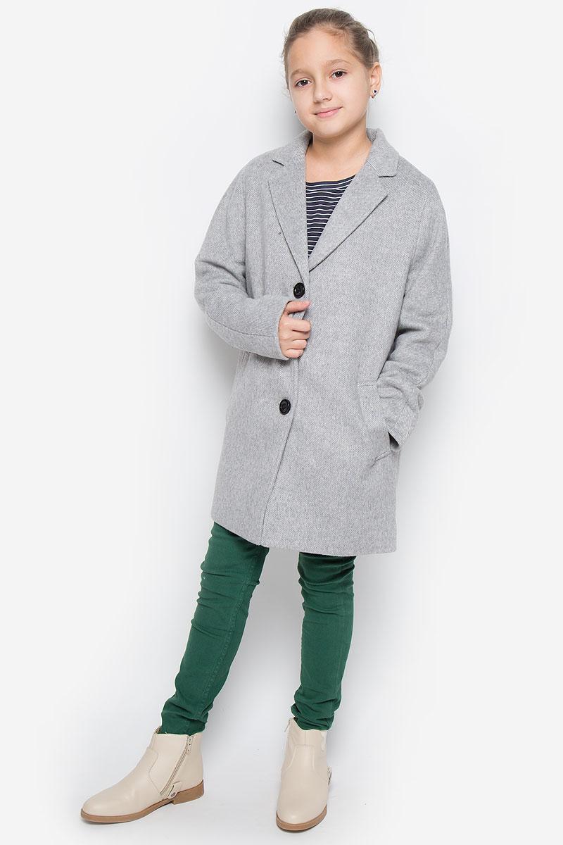 21609GTC4502Модное и стильное пальто Gulliver из коллекции Голливуд изготовлено из шерсти и полиэстера с добавлением акрила, вискозы и нейлона, подкладка - из полиэстера. Изделие мягкое и приятное на ощупь. Пальто свободного кроя с лацканами застегивается на три пуговицы. Спереди расположены два прорезных кармана.