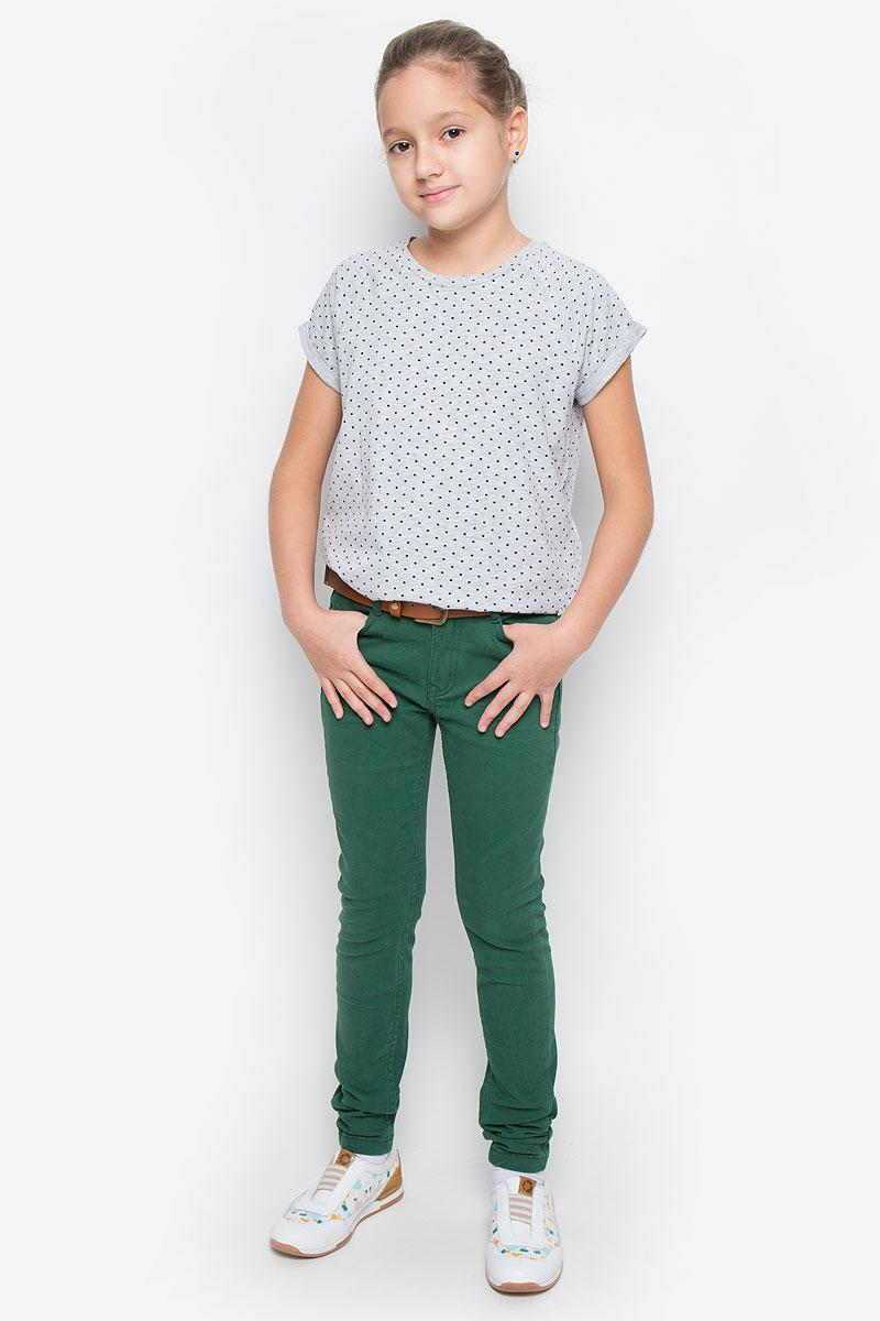 21610GTC6306Стильные брюки Gulliver из коллекции Осенний сад станут отличным дополнением к гардеробу вашей девочки. Изготовленные из хлопка с добавлением эластана, они необычайно мягкие и приятные на ощупь, не сковывают движения и позволяют коже дышать, не раздражают даже самую нежную и чувствительную кожу ребенка, обеспечивая наибольший комфорт. Брюки-слим застегиваются на пуговицу в поясе и ширинку на застежке-молнии. С внутренней стороны в поясе предусмотрена регулируемая эластичная резинка, позволяющая подогнать модель по фигуре. Модель дополнена спереди двумя втачными карманами и маленьким кармашком, сзади - двумя накладными карманами. На поясе предусмотрены шлевки для ремня. В комплект входит стильный ремень с металлической пряжкой. Классический дизайн и расцветка делают эти брюки стильным предметом детского гардероба. В них ваш ребенок всегда будет в центре внимания!