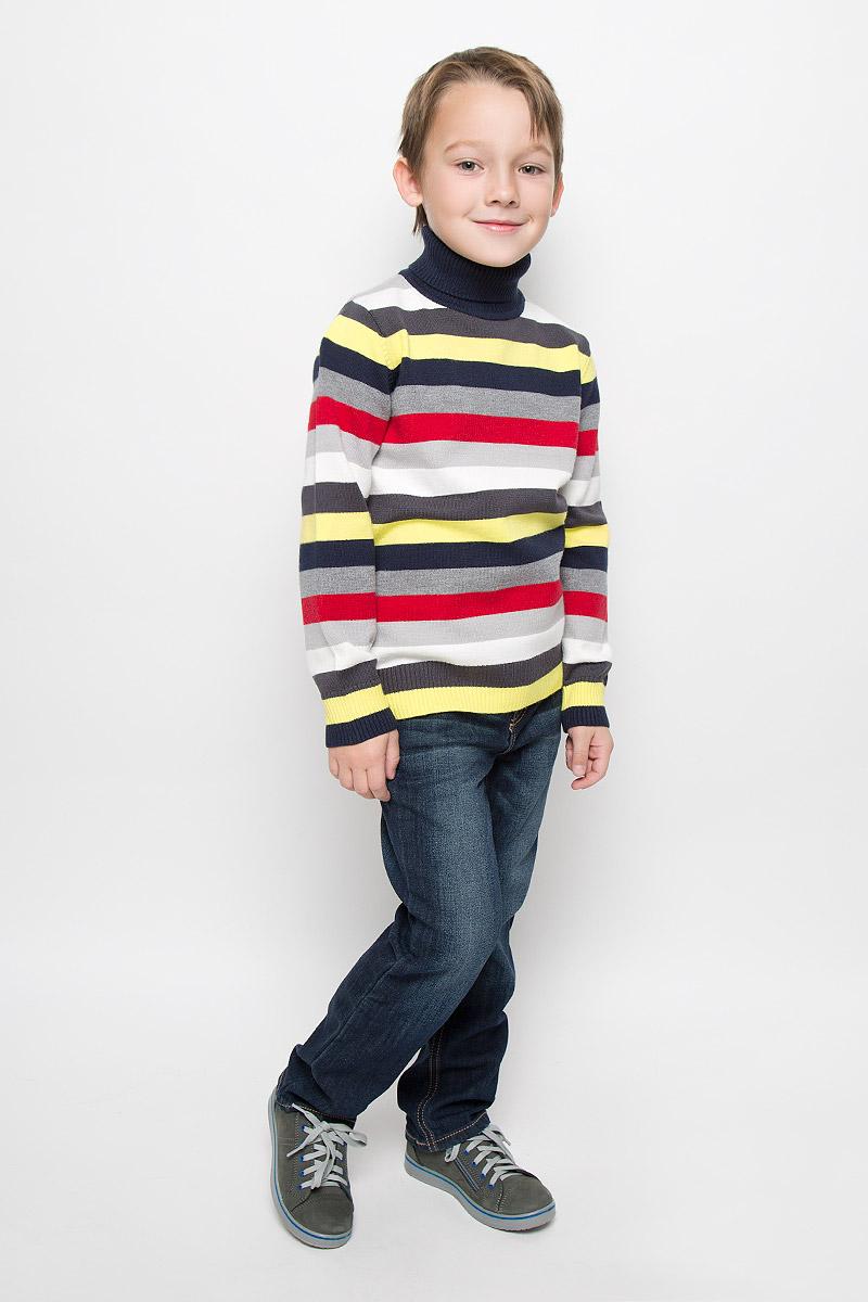 Свитер361009Свитер для мальчика PlayToday изготовлен из мягкого вязаного трикотажа. Модель с воротником-гольф и длинными рукавами оформлена принтом в разноцветную полоску. Воротник, манжеты и низ изделия связаны резинкой. Изделие украшено нашивкой.