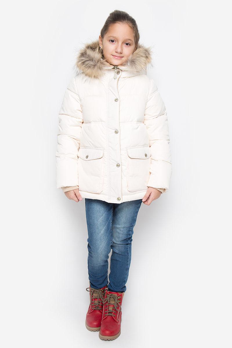 Куртка21606GKC4102Куртка для девочки Gulliver c длинными рукавами и несъемным капюшоном выполнена из прочного полиэстера. Подкладка - флис. Наполнитель - синтепон. Капюшон украшен съемным натуральным мехом на пуговицах. Модель застегивается на застежку-молнию спереди и имеет ветрозащитный клапан на кнопках. Изделие имеет два накладных кармана на клапанах с кнопками спереди. Рукава оснащены внутренними трикотажными манжетами. Низ куртки дополнен эластичным шнурком-кулиской со стопперами.