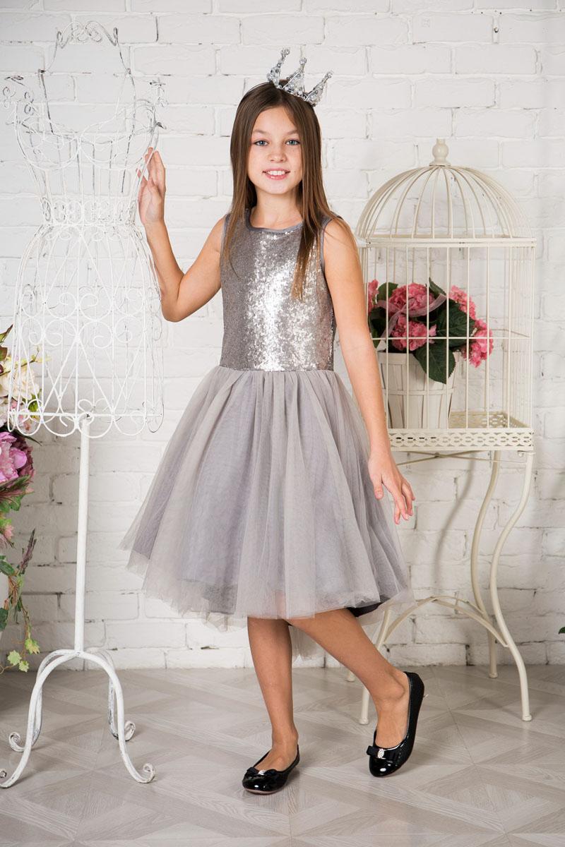 Платье215801Нарядное платье Sweet Berry для девочки без рукавов и с круглым вырезом горловины. Верх модели расшит пайетками. Удлиненная задняя часть создает эффект шлейфа. Застегивается на потайную молнию на спинке.