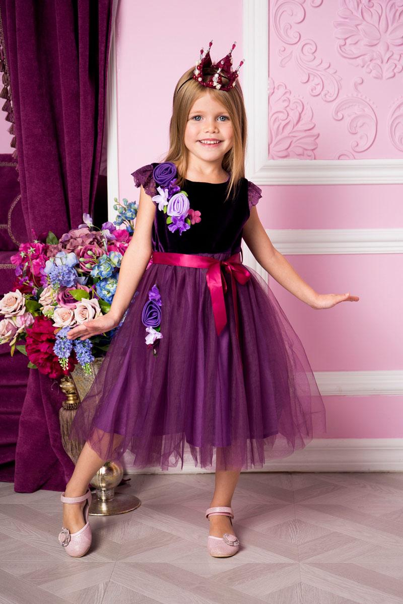 Платье215900Платье для девочки Sweet Berry выполнено из высококачественного комбинированного материала и дополнено подкладкой из натурального хлопка. Модель с круглым вырезом горловины и рукавами-крылышками оформлено декоративными текстильными цветами. Сзади застегивается на потайную застежку-молнию. Юбка изделия оформлена сетчатым материалом. Линию талии подчеркивает текстильный поясок.
