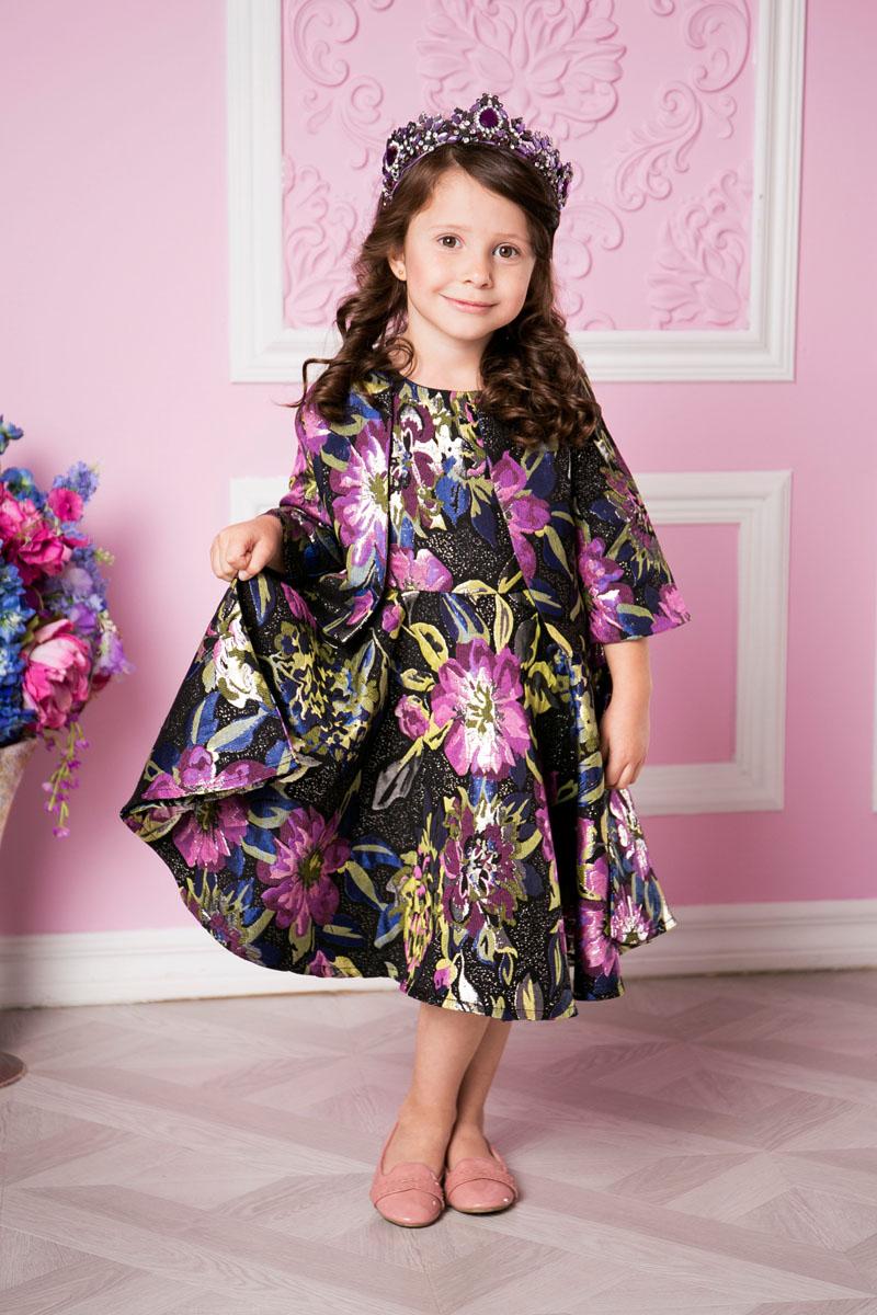 Платье215902Платье для девочки Sweet Berry выполнено из высококачественного материала и дополнено подкладкой из хлопка. Модель с круглым вырезом горловины застегивается сзади на застежку-молнию. Юбка оформлена складками. Платье оформлено оригинальным цветочным принтом.