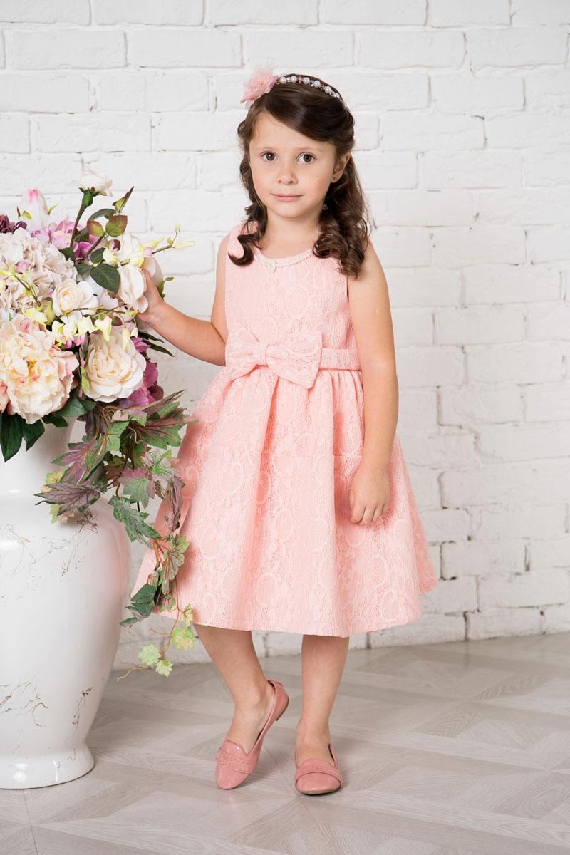 215903Платье для девочки Sweet Berry выполнено из высококачественного кружевного материала и дополнено подкладкой из натурального хлопка. Модель сзади застегивается на потайную застежку-молнию. Платье дополнено текстильным бантом украшенным спереди бантом. Горловина оформлена декоративными бусами.