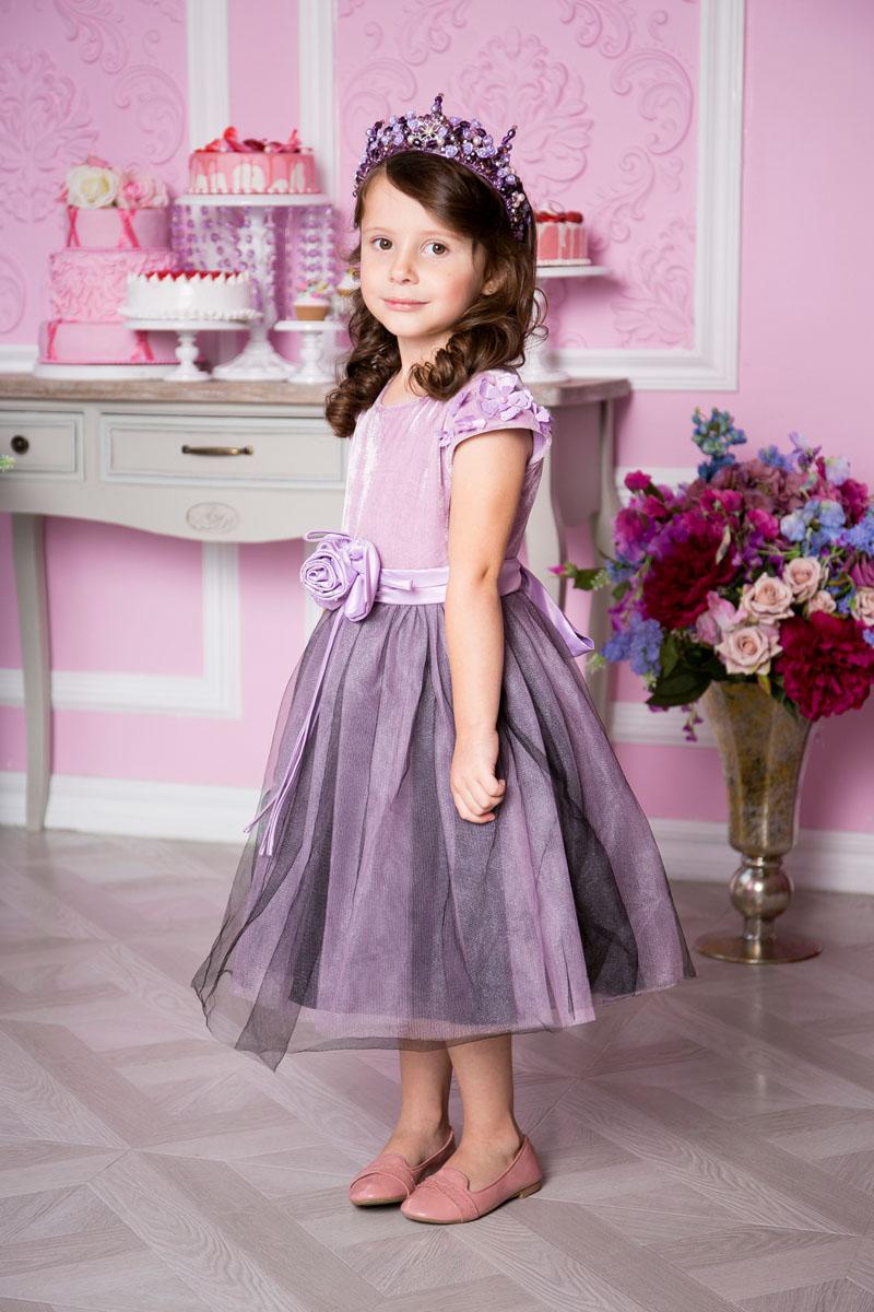 Платье215915Нежное платье для девочки Sweet Berry выполнено из высококачественного комбинированного материала и дополнено подкладкой из натурального хлопка. Модель средней длины с круглым вырезом горловины застегивается сзади на потайную застежку-молнию. Верх платья выполнен из бархата с рукавами-крылышками, оформленными объемными цветами и бусинами. Воздушная юбка состоит из нескольких слоев: верхний слой представляет собой двойную сетку с эффектом дымки, средний - атласную юбку, нижний - подъюбник с сеткой. Линию талии подчеркивает пояс, декорированный объемным цветком из атласа с бисером и сзади завязывающийся на бант.