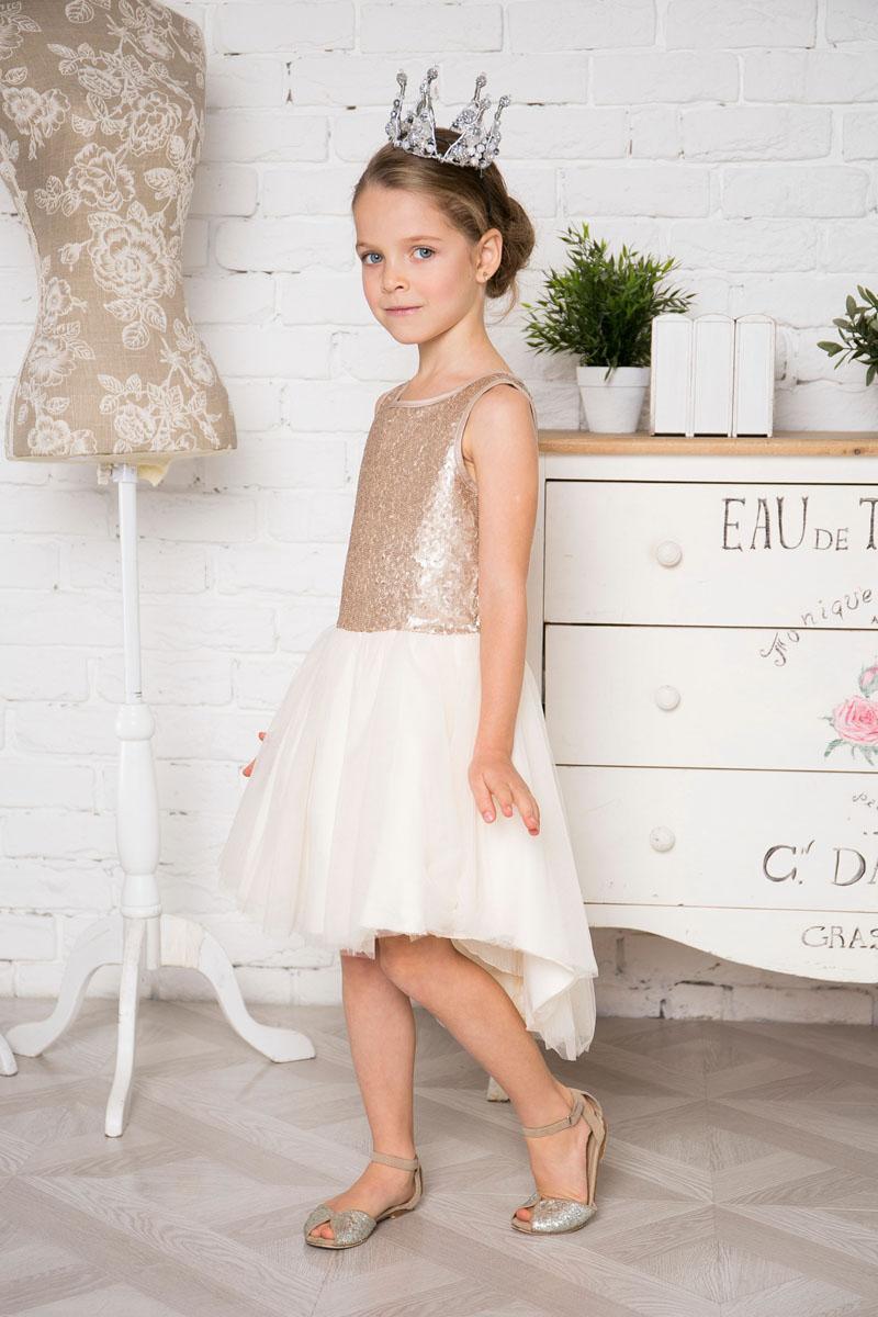 215916Нарядное платье Sweet Berry для девочки без рукавов и с круглым вырезом горловины. Верх модели расшит пайетками. Удлиненная задняя часть создает эффект шлейфа. Застегивается на потайную молнию на спинке.