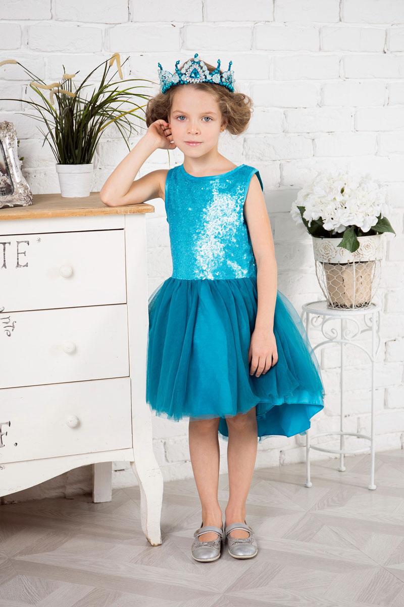 Платье215916Нарядное платье Sweet Berry для девочки без рукавов и с круглым вырезом горловины. Верх модели расшит пайетками. Удлиненная задняя часть создает эффект шлейфа. Застегивается на потайную молнию на спинке.