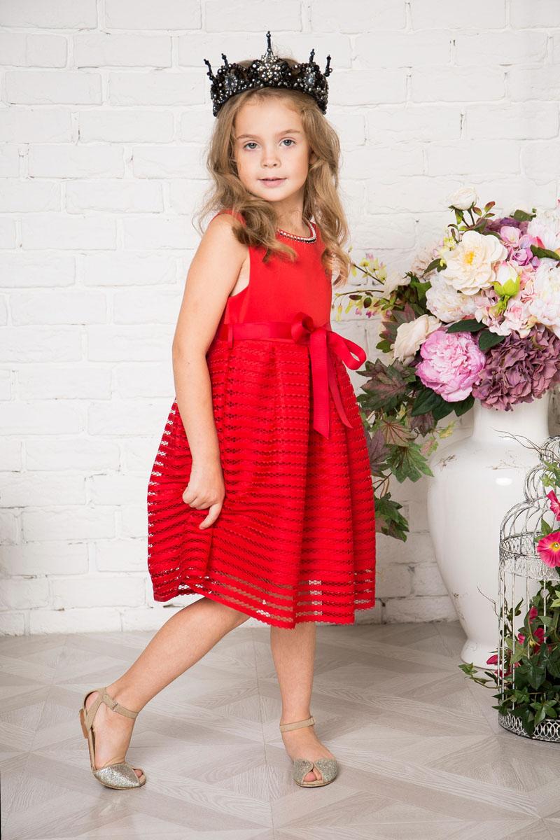 Платье215921Платье для девочки Sweet Berry выполнено из высококачественного материала и дополнено подкладкой из хлопка. Платье-миди с круглым вырезом горловины застегивается сзади на потайную застежку-молнию. Юбка выполнена из оригинального материала и оформлена складками. Линию талии подчеркивает текстильный поясок.