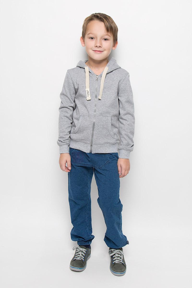 216BBBC16020500Удобная и практичная толстовка для мальчика Button Blue изготовлена из хлопка и полиэстера. Изнаночная сторона изделия с небольшими петельками. Модель с капюшоном и длинными рукавами застегивается на молнию. На капюшоне предусмотрена подкладка. По краю он дополнен затягивающимся шнурком. Манжеты и низ толстовки выполнены из трикотажной резинки. Спереди расположены два накладных кармана.