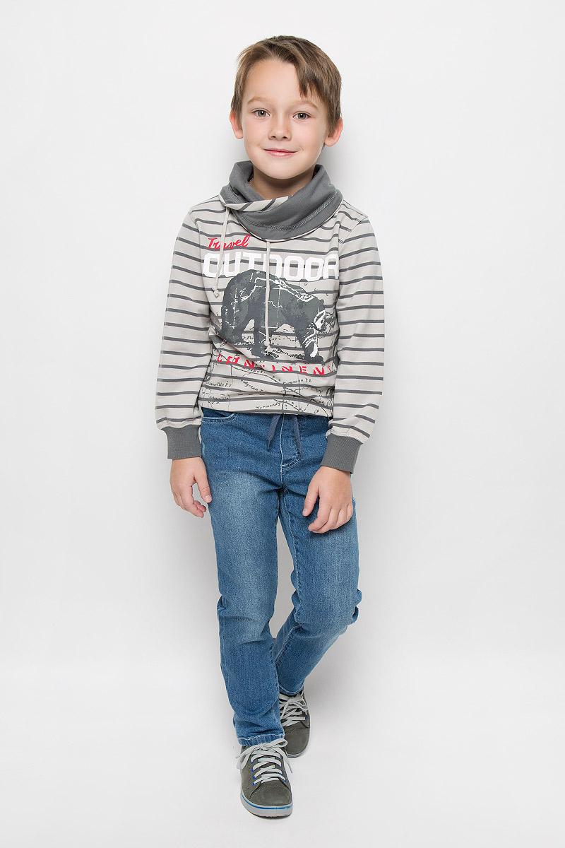 Джинсы361114Стильные джинсы для мальчика PlayToday изготовлены из мягкого эластичного хлопка. Модель прямого кроя имеет пояс на резинке, который дополнительно утягивается шнурком. Спереди расположены два втачных кармана, сзади - два накладных. Джинсы оформлены потертостями.